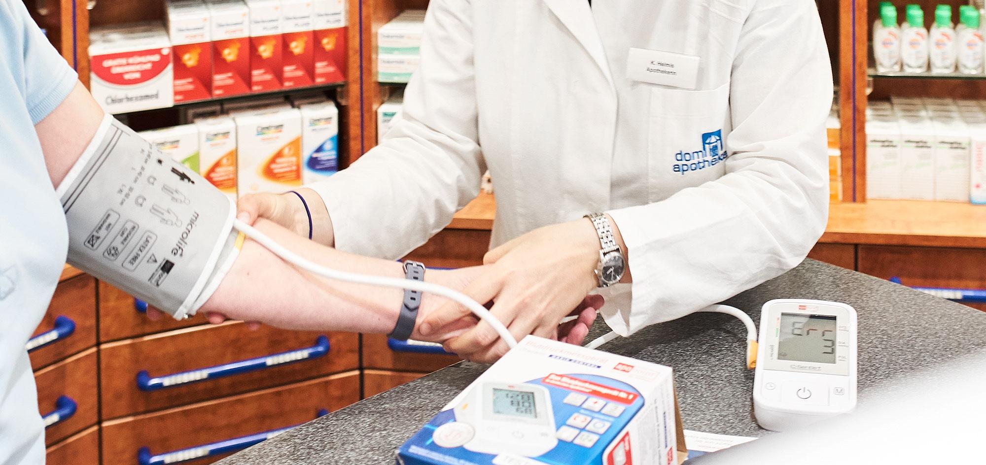 Beratung und Blutdruck messen in der Dom-Apotheke, Essen